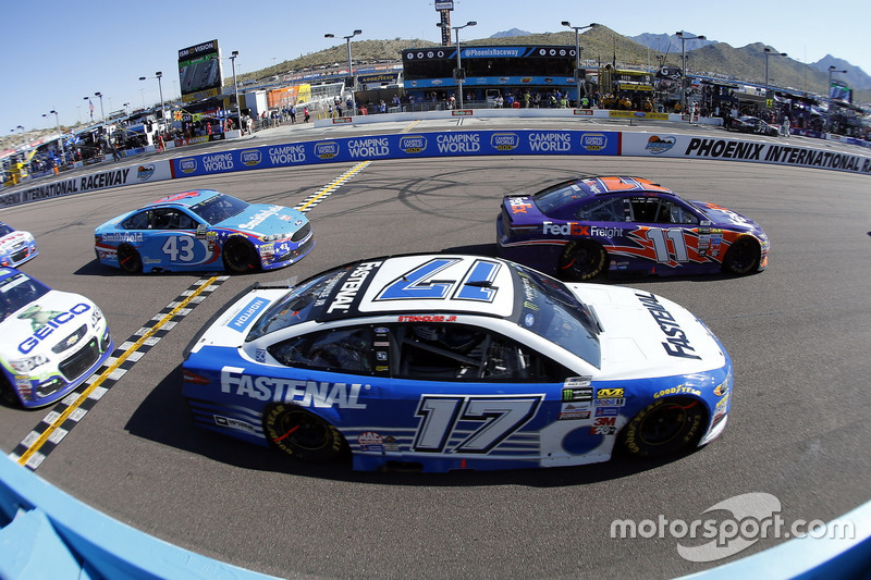 Denny Hamlin, Joe Gibbs Racing, Toyota; Ricky Stenhouse Jr., Roush Fenway Racing, Ford