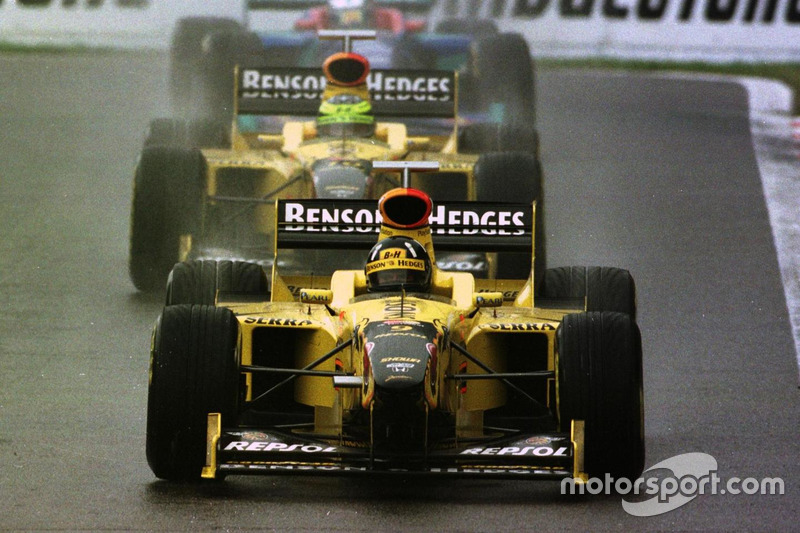Damon Hill, Jordan 198 Mugen-Honda leads Ralf Schumacher, Jordan 198 Mugen-Honda and Jean Alesi, Sauber C17-Petronas
