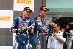 Le deuxième, Alex Lowes, Pata Yamaha, et le troisième, Michael van der Mark, Pata Yamaha