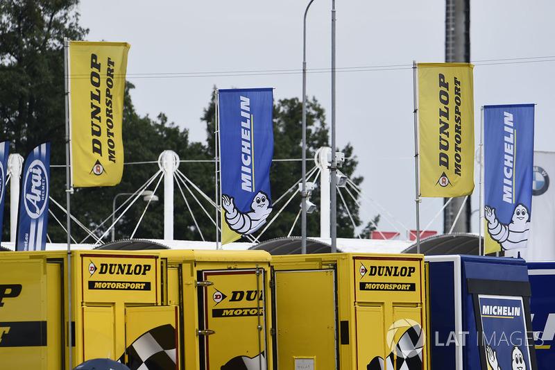 Прапори Dunlop та Michelin