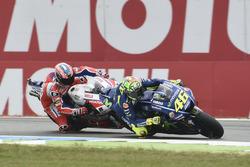 Valentino Rossi, Yamaha Factory Racing, dépasse Danilo Petrucci, Pramac Racing