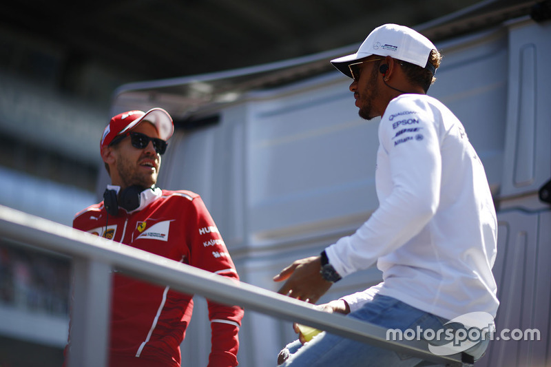 Lewis Hamilton, Mercedes AMG F1, Sebastian Vettel, Ferrari, en el desfile de pilotos
