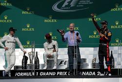 Sir Patrick Stewart, podyumda, Daniel Ricciardo, Red Bull Racing'in botundan şampanya içiyor. Yaınında yarış galibi Lewis Hamilton, Mercedes AMG F1 ve Valtteri Bottas, Mercedes AMG F1