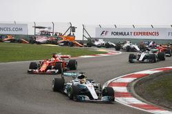 Lewis Hamilton, Mercedes AMG F1 W08, devance Sebastian Vettel, Ferrari SF70H, Valtteri Bottas, Mercedes AMG F1 W08, Kimi Raikkonen, Ferrari SF70H, Nico Hulkenberg, Renault Sport F1 Team RS17