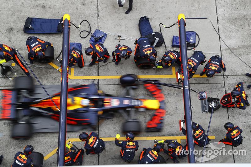 Daniel Ricciardo, Red Bull Racing RB13, makes a stop