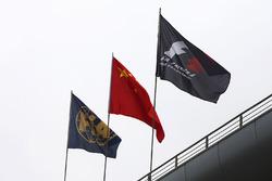 FIA- F1- und chinesische Flaggen