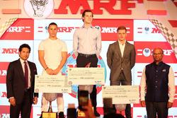 MRF Challenge şampiyon: Harrison Newey, 2. Joey Mawson, 3. Mick Schumacher ve Sachin Tendulkar ve Arun Mammen, MRF Direktörleri