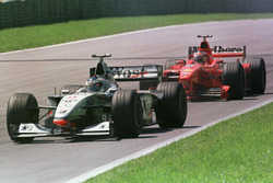 Mika Häkkinen, McLaren MP4/13; Michael Schumacher, Ferrari F300