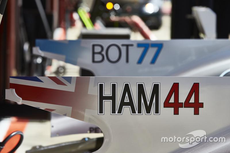 Новые номера гонщиков на Mercedes AMG F1 Льюиса Хэмилтона и Валттери Боттаса на плавниках их автомобилей