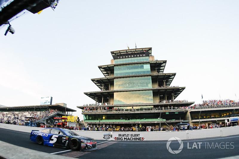 Kasey Kahne, Hendrick Motorsports Chevrolet se lleva la bandera a cuadros
