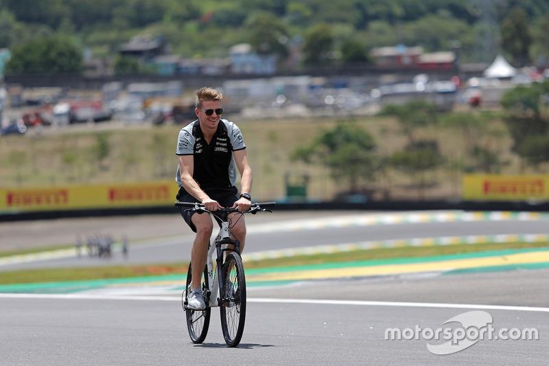 Nico Hülkenberg, Sahara Force India F1 mit dem Fahrrad auf der Strecke