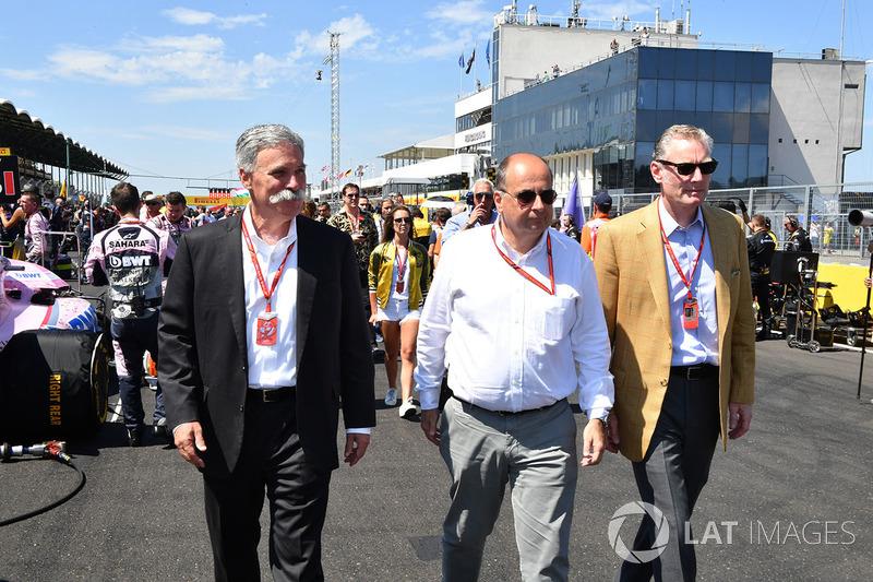 Chase Carey, Director Ejecutivo y Presidente Ejecutivo de la Formula One Group, Luca Colajanni, Formula One Oficial superior de comunicaciones y Sean Bratches, Formula One Managing Director Comercial