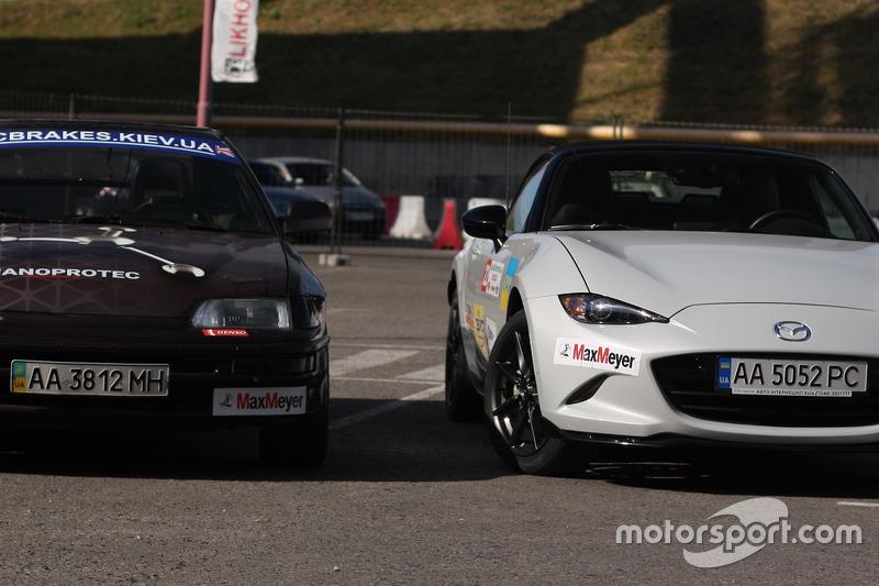 Автомобіль класу FWD Honda CR-X (зліва) та класу Standart Mazda Mx-5 (зправа)