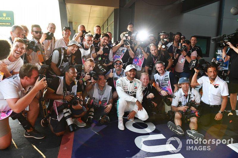 Lewis Hamilton, Mercedes AMG F1, festeggia la pole con un gruppo di fotografi