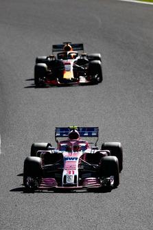 Esteban Ocon, Racing Point Force India VJM11, leads Daniel Ricciardo, Red Bull Racing RB14