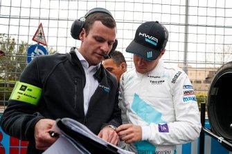 Stoffel Vandoorne, HWA Racelab parle avec son ingénieur sur la grille