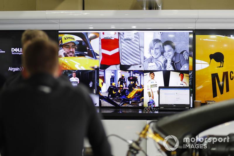 Schermi con immagini di James Hunt e Fernando Alonso, McLaren, nel garage del team