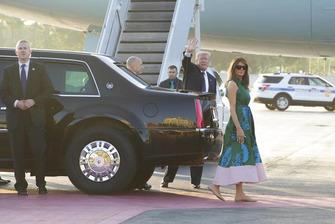 Donald Trump y Melania con la limusina presidencial de General Motors.