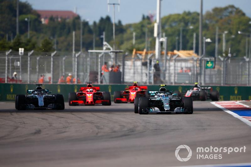 Valtteri Bottas, Mercedes AMG F1 W09, devant Lewis Hamilton, Mercedes AMG F1 W09, Sebastian Vettel, Ferrari SF71H, et Kimi Raikkonen, Ferrari SF71H