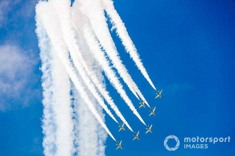 Un aviones sincronizados sobre el circuito.