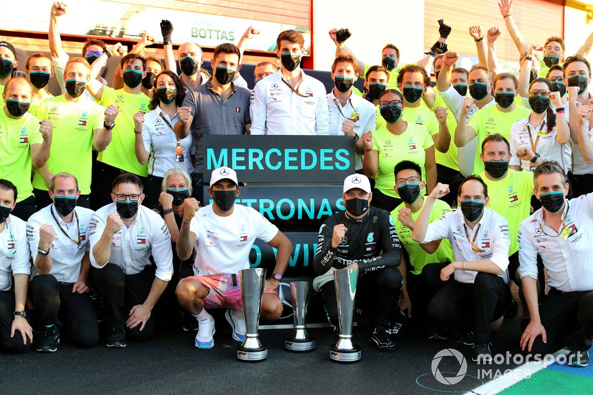 Lewis Hamilton, Mercedes-AMG F1 and Valtteri Bottas, Mercedes-AMG F1 celebrate with the team
