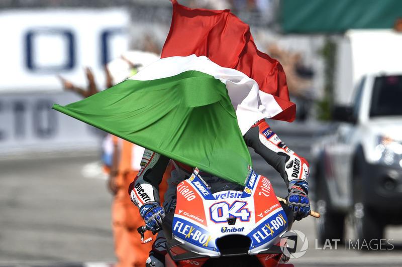 Ganador, Andrea Dovizioso, Ducati Team con la bandera de Italia