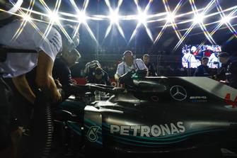 Gli ingegneri preparano la monoposto di Lewis Hamilton, Mercedes AMG F1 W09 EQ Power+, in griglia di partenza
