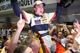 Гонщик Renault F1 Team Фернандо Алонсо празднует победу