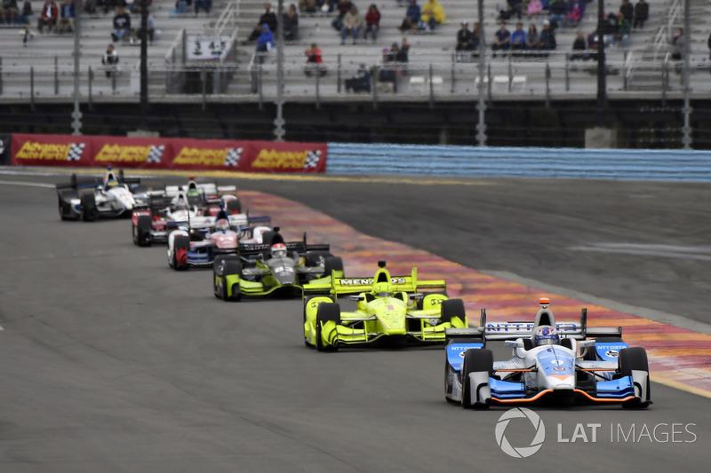 Семь гонщиков сохраняли математические шансы на титул перед финальной гонкой сезона