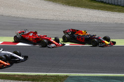 Max Verstappen, Red Bull Racing RB13, Kimi Raikkonen, Ferrari SF70H, rejoin in vain after a collision at the start that would lead to their retirements