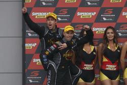 Yarış galibi David Reynolds, Luke Youlden, Erebus Motorsport Holden