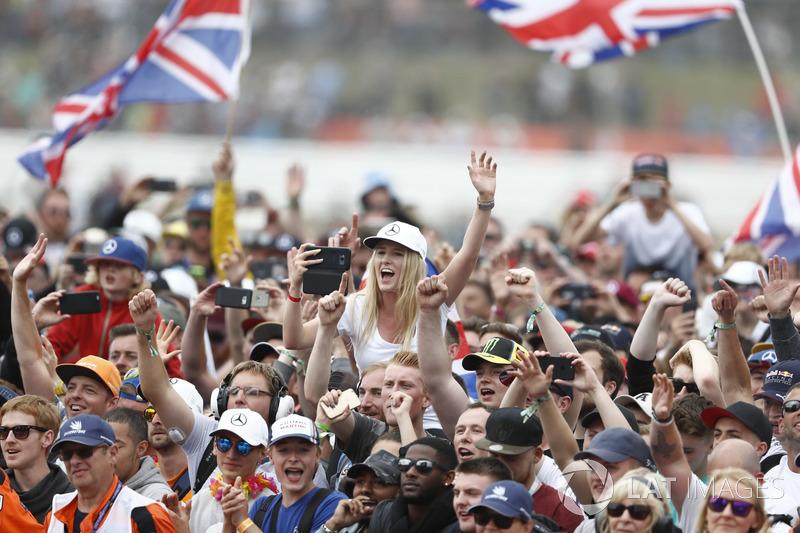Animan a los aficionados para el ganador de la carrera Lewis Hamilton, Mercedes AMG F1, en el podio