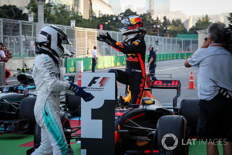 Ganador de la carrera Daniel Ricciardo, Red Bull Racing, Valtteri Bottas, Mercedes AMG F1