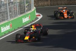 Даниэль Риккардо, Red Bull Racing RB13, и Фернандо Алонсо, McLaren MCL32