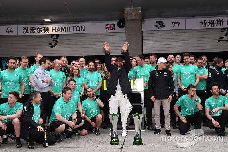 1. Lewis Hamilton, Mercedes AMG F1; feiert mit Valtteri Bottas, Mercedes AMG F1, und dem Teamteam