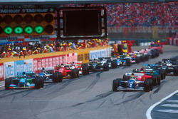 Старт гонки: Айртон Сенна, Williams FW16, и Михаэль Шумахер, Benetton B194