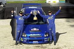 Richard Burns festeggia con i vincitori del trofeo