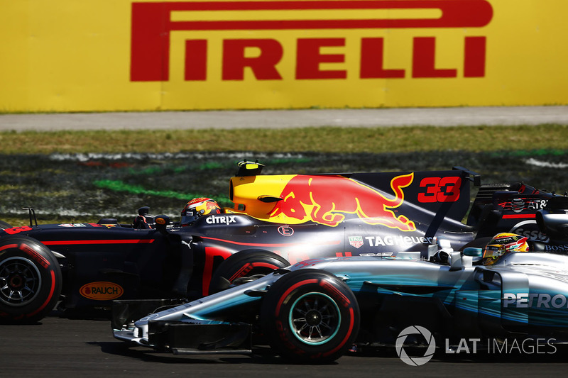Max Verstappen, Red Bull Racing RB13, y Lewis Hamilton, Mercedes AMG F1 W08