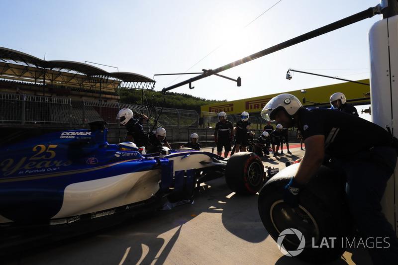 Gustav Malja, Sauber C36, in the pit lane
