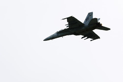 Un Royal Australian Air Force F/A-18F Super Hornet pasa sobre las multitudes