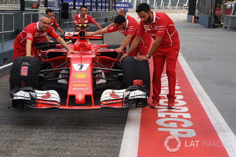 Ferrari-Mechaniker, Ferrari SF70H, in der Boxengasse