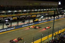Start des Rennens: Sebastian Vettel, Ferrari SF70H, Max Verstappen, Red Bull Racing RB13, Kimi Raikk