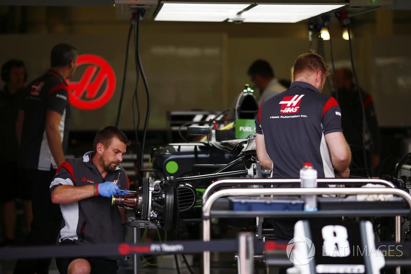 Механіки працюють із Haas F1 Team VF-17 Ромена Грожана