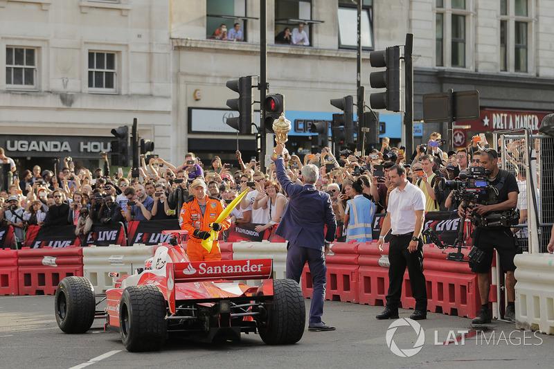 Jenson Button, McLaren, da un paseo a Naomi Campbell en un biplaza y Damon Hill bromea con el trofeo de ganador del GP de Gran Bretaña