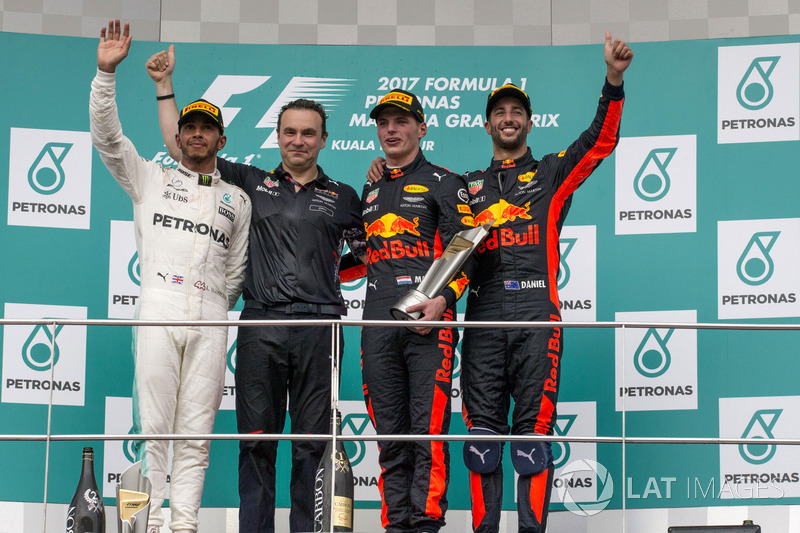Льюіс Хемілтон, Mercedes AMG F1, керівник аеродинамічного відділу Ден Фоллоус, Red Bull, переможець гонки Макс Ферстаппен, Red Bull Racing, та Даніель Ріккардо, Red Bull Racing, святкують на подіумі