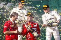 Подиум: победитель Себастьян Феттель, Ferrari, обладатель второго места Льюис Хэмилтон, Mercedes AMG F1, третье место - Валттери Боттас, Mercedes AMG F1, глава департамента силовых установок Ferrari Луиджи Фрабони