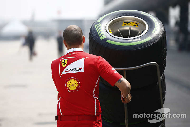 Ferrari-Mechaniker mit Pirelli-Reifen