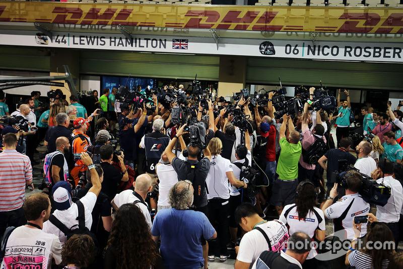 Nico Rosberg, de Mercedes AMG F1 celebra su campeonato del mundo con su esposa Vivian Rosberg y el e