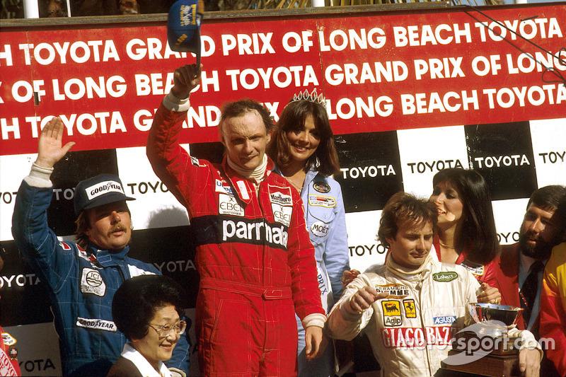 Podium : Le vainqueur, Niki Lauda, McLaren Ford; Keke Rosberg, Williams Ford en deuxième place et Gilles Villeneuve, Ferrari, troisième.