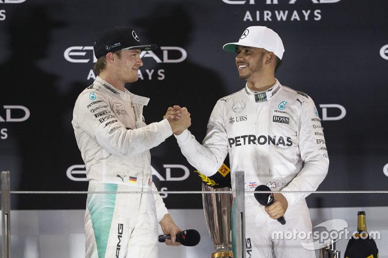 EL campeón del Mundo Nico Rosberg, de Mercedes AMG F1 estrecha  las manos con su compañero ganado de la  carrera Lewis Hamilton, Mercedes AMG F1